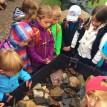 Děti u korby s místními horninami