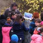 Děti pod dohledem geologa zkoušejí objevovat pravěkou minulost na exponátech v geoparku