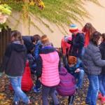 Děti hledají v kameništi zkameněliny