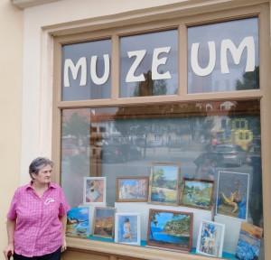 Ve výloze Jenštejnského domu vystavuje své obrazy Miroslava Strnadová