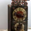 Celodřevěné hodiny s předním kyvadlem a původním skleněným závažím